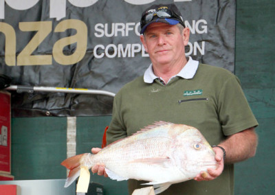 Friday Winner, Mark French on stage with his $2000 fish